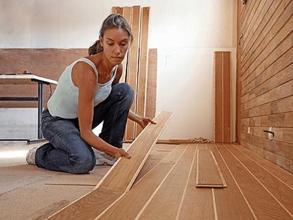 Khoảng cách giữa cốt nền phân chia với cửa và khuôn cửa là từ 15-20mm tùy vào từng loại độ dày sàn gỗ.