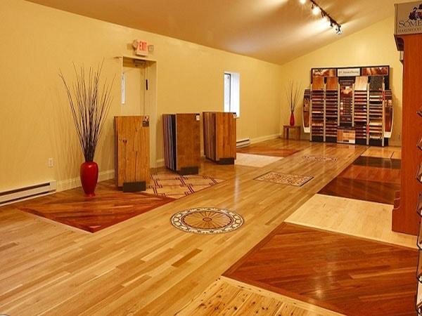 Không bị tác động bởi nước và các chất tẩy rửa sàn là ưu điểm nổi bật của sàn Vinly