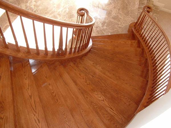 nên thiết kế cầu thang kín bậc với chất liệu gỗ