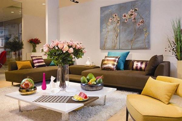 Thiết kế phòng khách nhỏ thêm tươi sáng với bình hoa, chậu cây cảnh