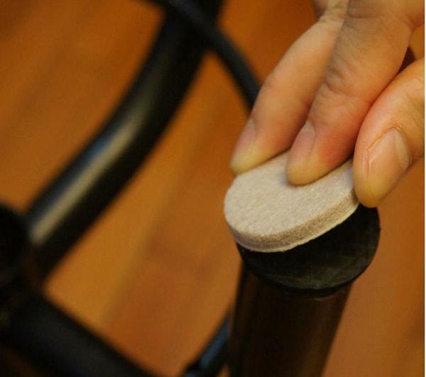 Lắp nút cao su hoặc nhựa cho chân bàn ghế để tránh làm trầy xước sàn gỗ