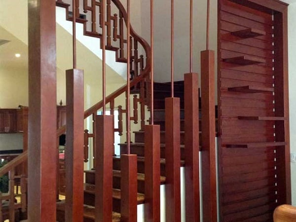 Vách ngăn gỗ được thiết kế che không gian cầu thang