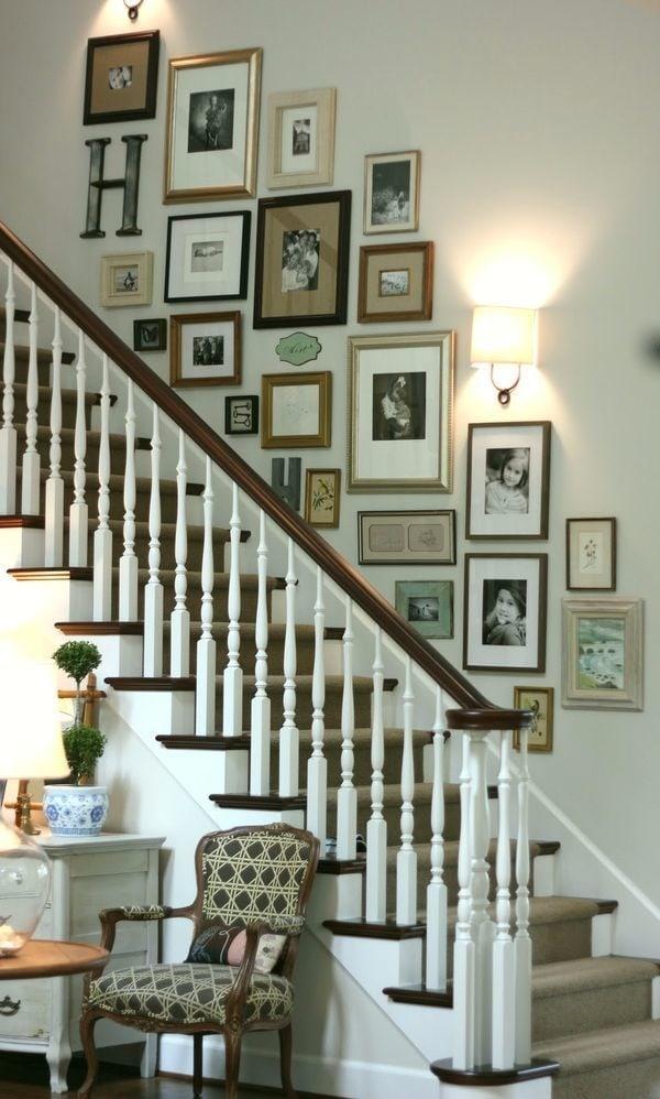 cầu thang được treo những bức ảnh ghi lại kỉ niệm của gia đình
