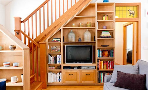 Vách ngăn được thiết kế làm nơi để tivi, đồ đạc