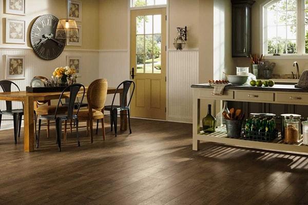Phòng bếp được lát sàn gỗ