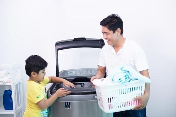 Trẻ học cách giặt ủi quần áo