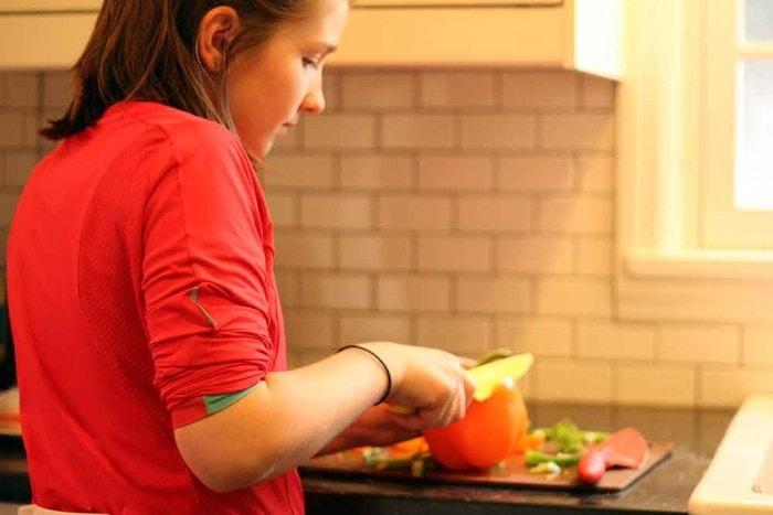 Dạy trẻ cách dùng dao