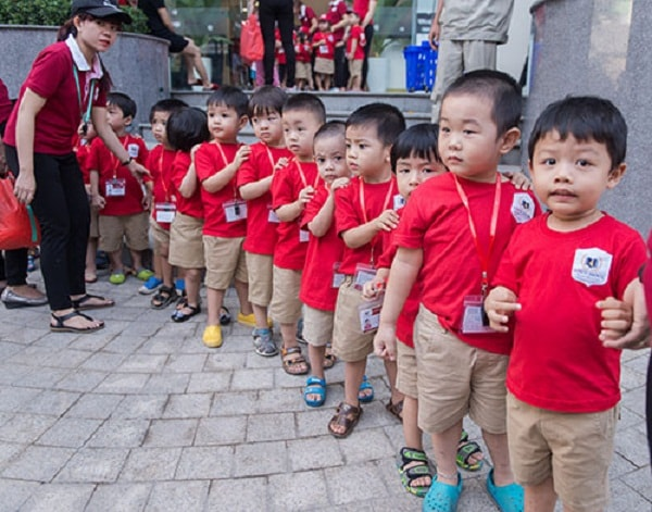 Dạy trẻ biết cách xếp hàng ngay ngắn khi chờ đợi