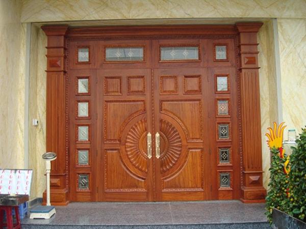 Cửa ra vào được làm bằng gỗ tự nhiên