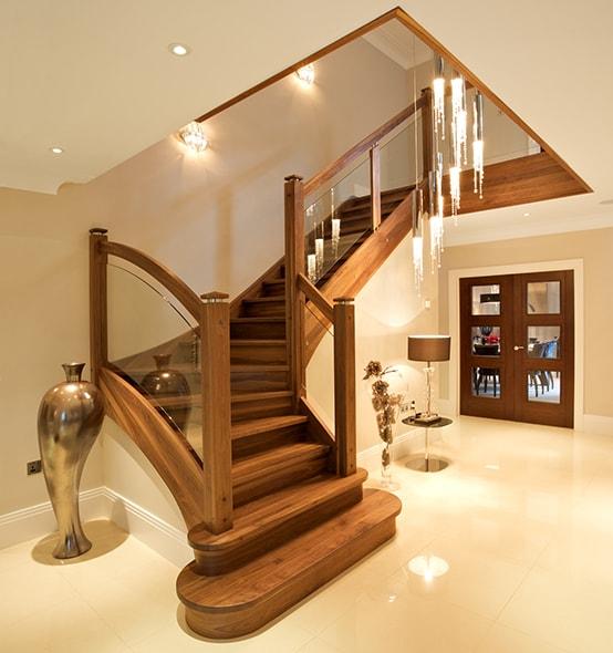 Cửa chính không hướng vào cầu thang