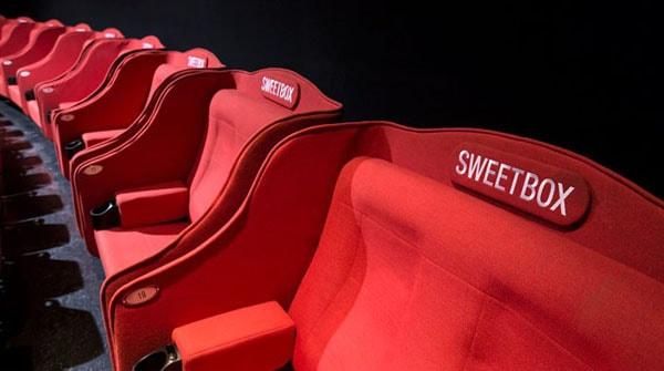 Ghế đôi thường đặt ở cuối rạp tạo không gian riêng tư cho các cặp yêu nhau