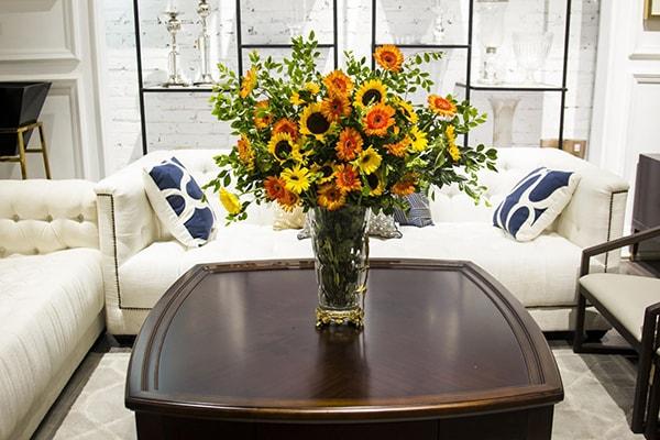 Không gian phòng khách nữ tính hơn với hoa đồng tiền